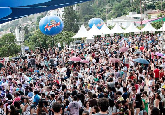 Público de Momentos Aymoré na Praça da Liberdade, BH