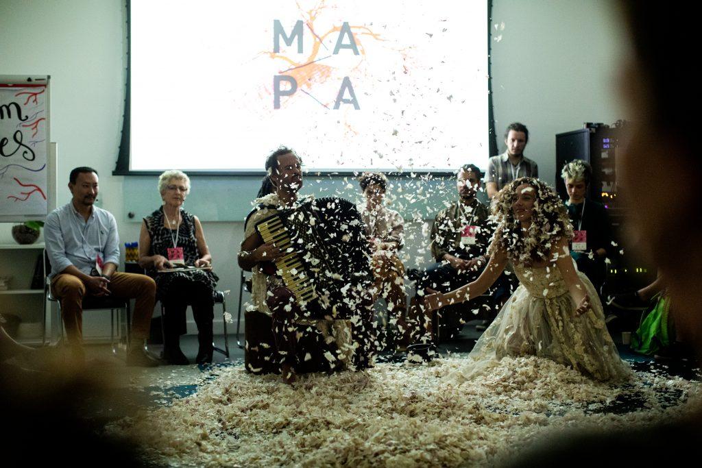 """TransLúcida"", performance de abertura de Mana Bernardes e Marcelo Jeneci"